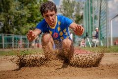 行动的跳远运动员 库存图片