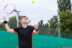 行动的运动男性网球员在比赛期间 图库摄影