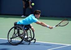 行动的阿根廷轮椅网球员古斯塔沃・费尔南德斯在美国公开赛2017年轮椅人`期间s选拔半决赛 图库摄影
