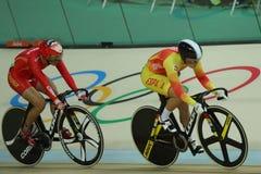 行动的骑自行车者在里约奥林匹克室内自行车赛场的里约2016奥林匹克妇女` s keirin第一回合热2期间 库存图片