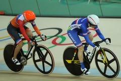 行动的骑自行车者在里约奥林匹克室内自行车赛场的里约2016奥林匹克妇女` s keirin第一回合热2期间 免版税库存图片