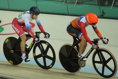 行动的骑自行车者在里约奥林匹克室内自行车赛场的里约2016奥林匹克妇女` s keirin第一回合热2期间 免版税库存照片