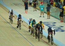 行动的骑自行车者在里约奥林匹克室内自行车赛场的里约2016奥林匹克妇女` s keirin第一回合热3期间 免版税库存图片