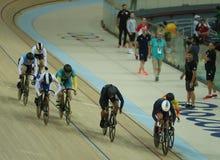 行动的骑自行车者在里约奥林匹克室内自行车赛场的里约2016奥林匹克妇女` s keirin第一回合热3期间 库存图片
