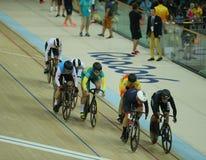 行动的骑自行车者在里约奥林匹克室内自行车赛场的里约2016奥林匹克妇女` s keirin第一回合热3期间 图库摄影