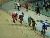 行动的骑自行车者在里约奥林匹克室内自行车赛场的里约2016奥林匹克妇女` s keirin第一回合热4期间 图库摄影