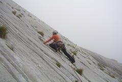 行动的高级登山人 库存照片