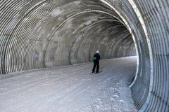 行动的滑雪者到隧道里 免版税库存照片