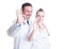 行动确信和显示好手标志的友好的医生 库存图片