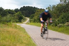 行动被弄脏的骑自行车的人 库存图片