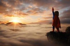 行动象超级英雄的小男孩 库存照片