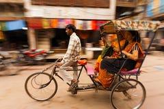 行动迷离平底锅轮转人力车乘客印度 库存图片