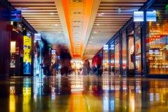 行动迷离的人们在购物中心 免版税库存照片