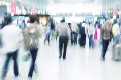 行动迷离的,机场内部通勤者 免版税库存照片