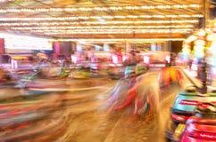 行动迷离,充满活力的色的碰撞用汽车,dodgems 贝莱斯马拉加市场,西班牙 库存图片