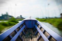 行动驾驶在Inle湖的被弄脏的莱拉小船 库存图片