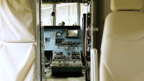 行动从直升机驾驶舱盘区到客舱 股票录像