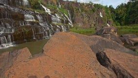 行动从石头到瀑布小瀑布Panagarh 股票视频