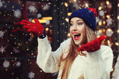 行动年轻美丽的妇女街道画象兴奋的,佩带的时髦的被编织的衣裳 式样表达的喜悦 免版税库存图片
