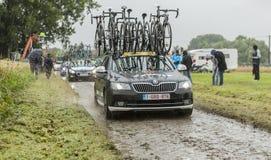 行在鹅卵石路的技术汽车-环法自行车赛201 库存照片