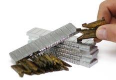 行型活字主角子弹和矩阵特写镜头用手 免版税库存图片