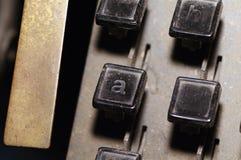 行型活字键盘在a, h钥匙特写镜头上写字 库存照片