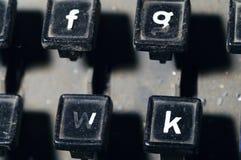 行型活字键盘在f, g, w, k钥匙特写镜头上写字 免版税库存照片