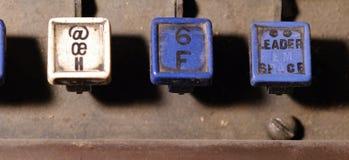 行型活字键盘在h, f钥匙特写镜头上写字 库存图片