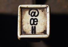 行型活字键盘在oe, h钥匙特写镜头上写字 免版税库存图片