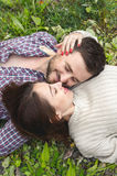 行家一对爱恋的夫妇在草放置 库存照片