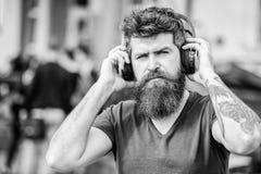 行家享受在耳机的优秀合理的歌曲 走与音乐的优秀音乐播放表 为精力充沛打的音乐 库存图片