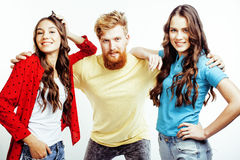 行家人、有胡子的红色头发男孩和有的女学生公司乐趣一起朋友,不同的时尚样式 库存照片