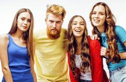 行家人、有胡子的红色头发男孩和有的女学生公司乐趣一起朋友,不同的时尚样式 免版税图库摄影