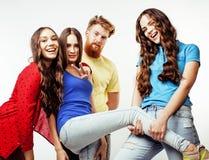 行家人、有胡子的红色头发男孩和有的女学生公司乐趣一起朋友,不同的时尚样式 免版税库存图片