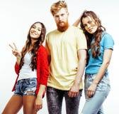 行家人、有胡子的红色头发男孩和有的女学生公司乐趣一起朋友,不同的时尚样式 免版税库存照片