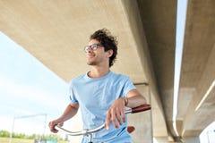 年轻行家人乘坐的固定的齿轮自行车 库存图片