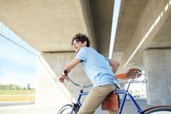 年轻行家人乘坐的固定的齿轮自行车 免版税库存照片