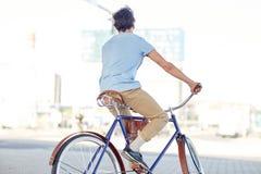 行家人乘坐的固定的齿轮自行车 免版税库存图片