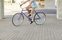 行家人乘坐的固定的齿轮自行车 图库摄影