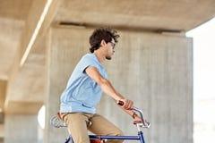 行家人乘坐的固定的齿轮自行车 免版税图库摄影