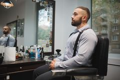 行家人在理发店 等待在被弄脏的背景的一个发廊的客户 称呼概念的头发 复制空间 库存照片