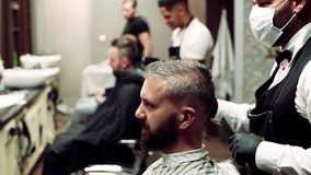 行家人客户参观的haidresser和发式专家理发店的 慢的行动 股票录像