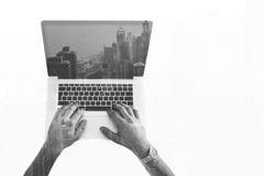 行家人黑白两次曝光顶视图递键盘输入在便携式计算机上的正文消息 图库摄影