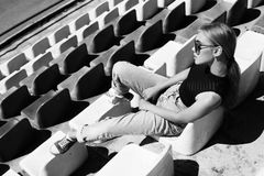 行家佩带的摆在体育场 被定调子的黑白 免版税库存照片