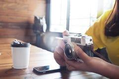 行家使用照相机计算机的妇女旅客在咖啡馆 库存照片