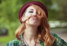 行家做有她的头发的红头发人妇女一根髭 库存照片