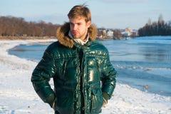 行家冬天时尚成套装备 人有敞篷的穿戴夹克在冷淡的冬日 风抗性衣裳 时髦的冬天 库存照片