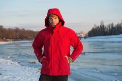 行家冬天温暖的成套装备 人有敞篷的穿戴夹克在冷淡的冬日 人有胡子的立场温暖的夹克多雪的自然 库存图片