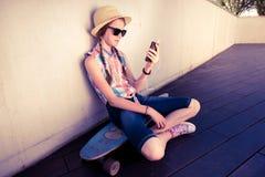 行家听到音乐的女孩溜冰板者 图库摄影