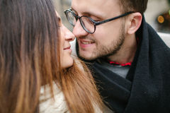 年轻行家夫妇亲吻,拥抱在老镇 免版税库存照片